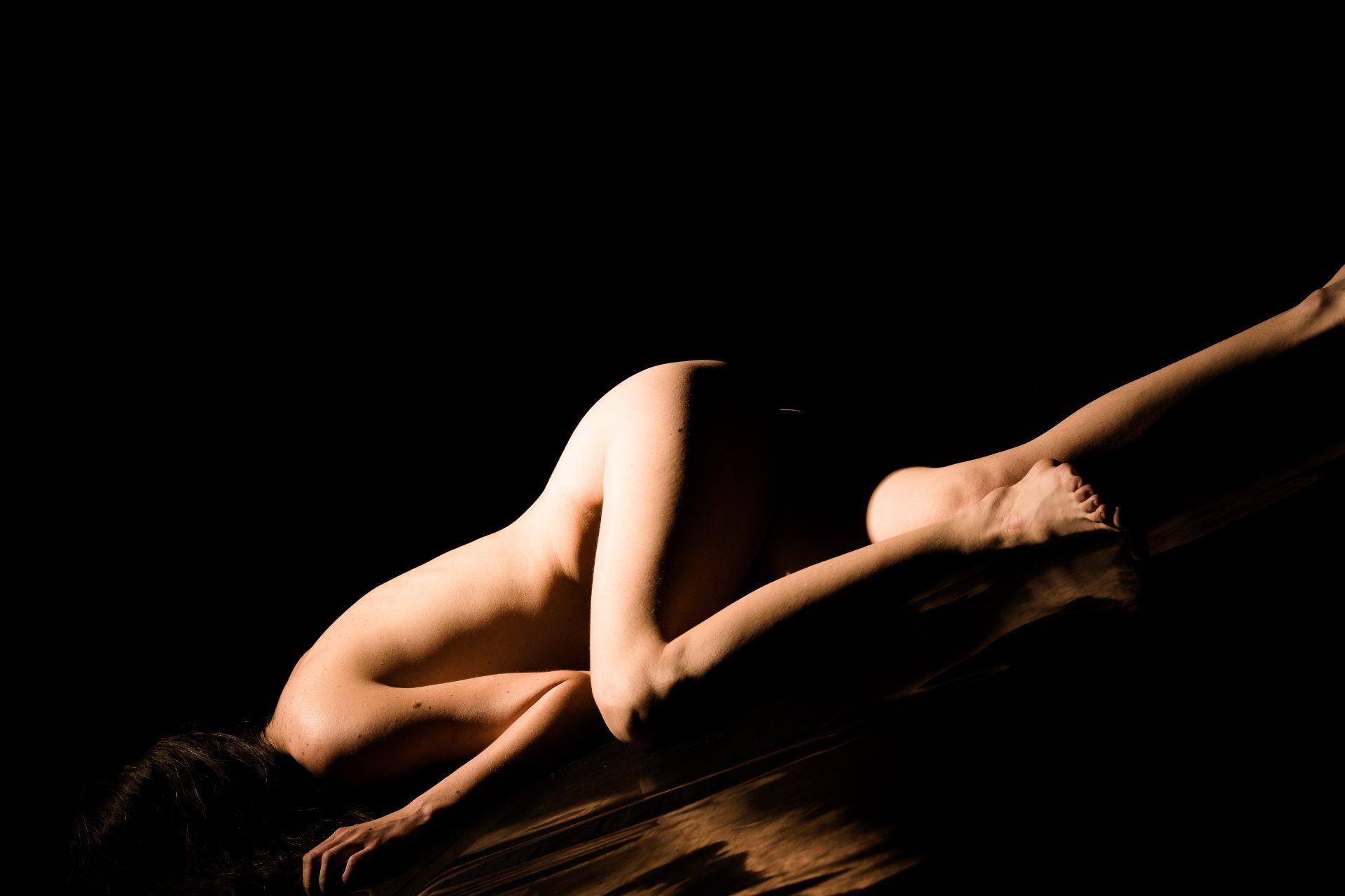 Nud de femeie brunetă