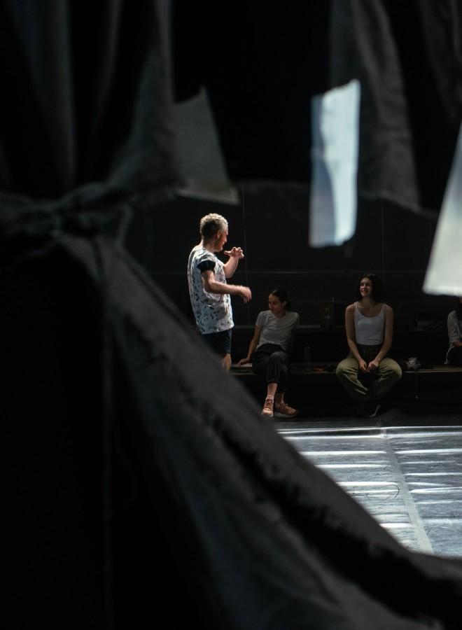 Eduard Gabia – de la dans contemporan și performance art la film, muzică și înapoi pe scena CNDB, sau artistul care își revizitează propriul traseu coregrafic în trei lucrări care au marcat istoria recentă a dansului contemporan.