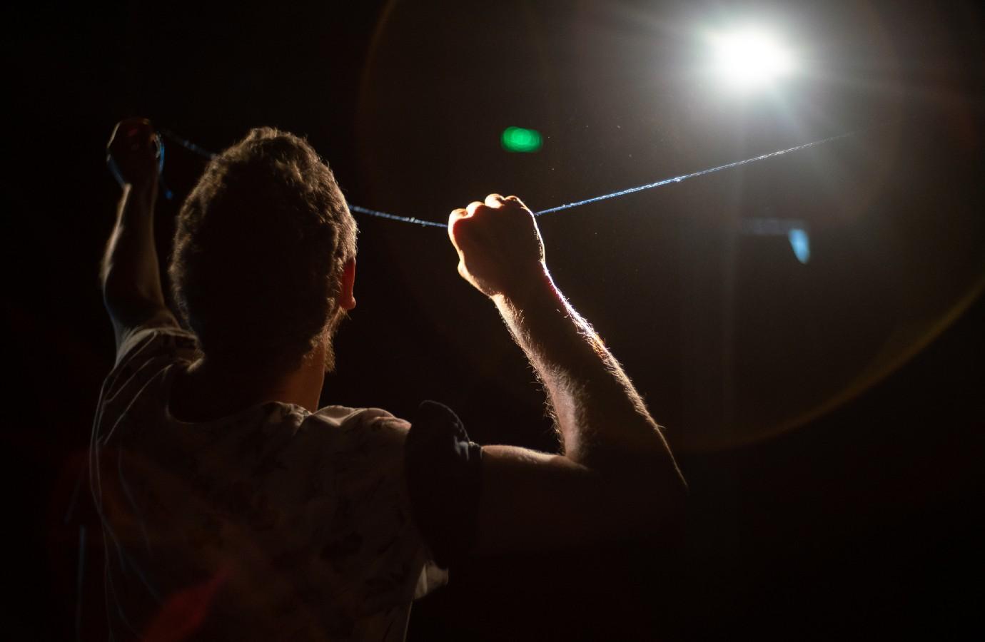 Eduard Gabia – de la dans contemporan și performance art la film, muzică și înapoi pe scena CNDB, sau artistul care își revizitează propriul traseu coregrafic în trei lucrări care au marcat istoria recentă a dansului contemporan